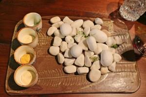 Act II - Los Snacks Stones Falsas piedras con salsas especiadas. Curry, comino, mostaza, hinojo.